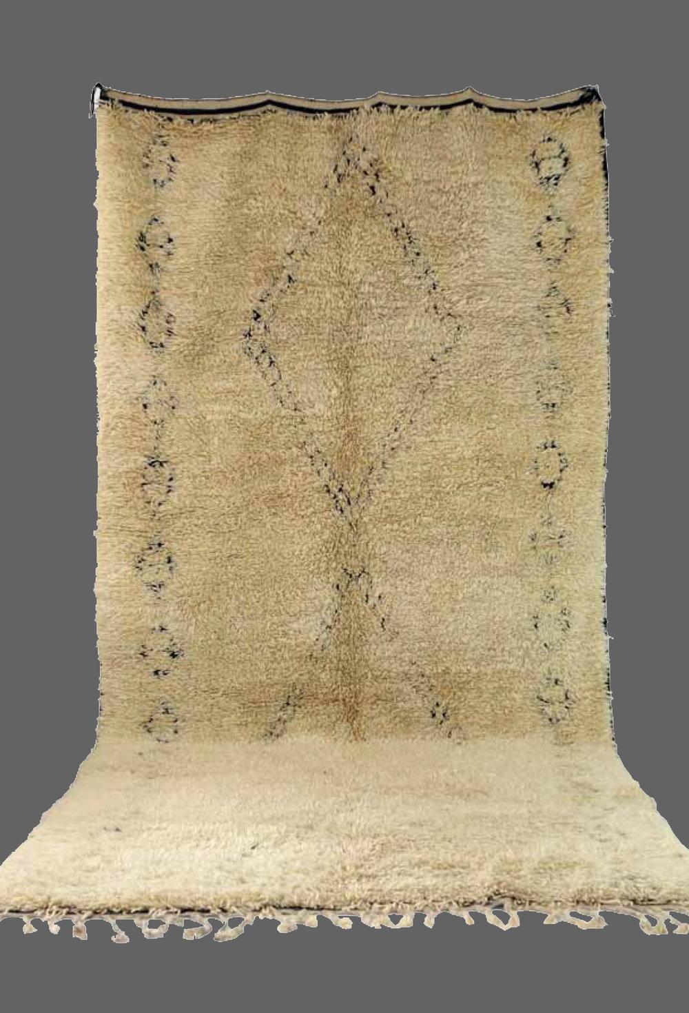 Ethnie : Beni Ouarein    Origine : Maroc    Année : 1980    Dimensions : 4,55 x 2,00    Technique :    Description : Superbe tapis, laine épaisse, grande dimension, dessin original noir qui disparait avec le temps    Référence : BEN 005    Prix : 3200€