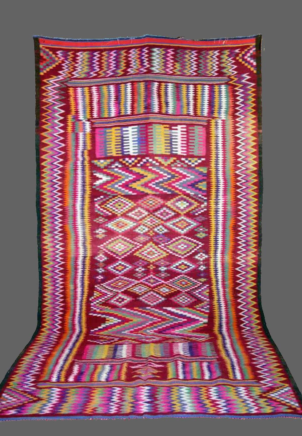 Ethnie : Gafsa  Origine : Tunisie  Année : 1970  Dimensions : 3,58 x 1,93  Technique : tissage serré  Description : Superbe kilim, riche en couleurs et graphisme, art cinétique  Référence : KG 005  Prix : 1300€