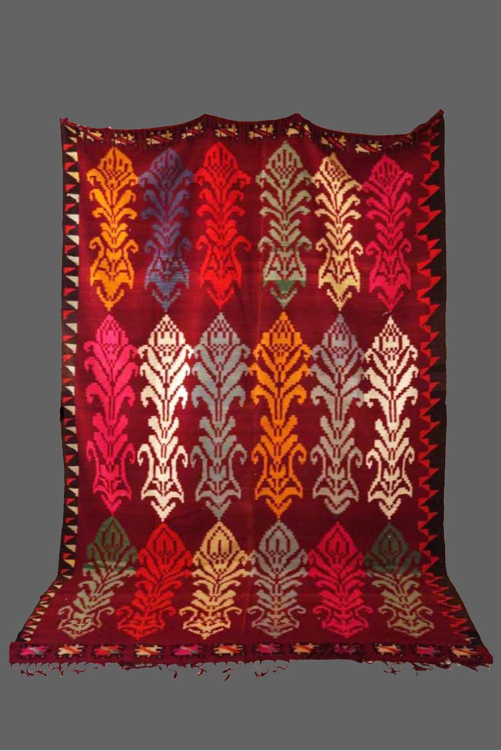 Ethnie : Gafsa    Origine : Tunisie    Année : 1980    Dimensions : 3,30 x 2,10    Technique : Tissage serré    Description : Kilim original , graphisme plus proche d'Europe centrale    Référence : KG 006    Prix : 1000€