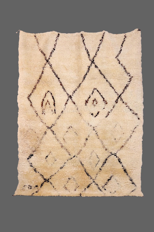 Ethnie : Beni Ouarein    Origine : Maroc    Année : 2000    Dimensions : 2,55 x 1,97    Technique :    Description : laine épaisse, tissage serré,design original, beige    Référence : BEN 006    Prix : Vendu