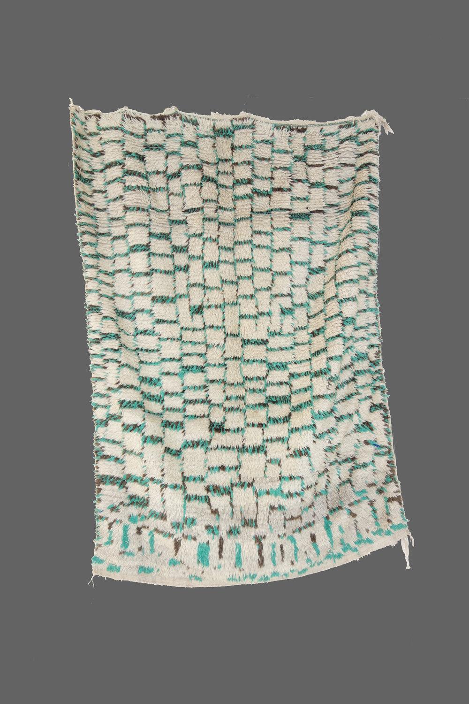 Ethnie : Azilal    Origine : Maroc, Haut Atlas    Année : 1970    Dimensions : 2,40 x 1,35    Technique : noeud simple, superbe qualité de laine brillante    Description : Exceptionnel azilal, pièce de collection, lettres en hébreux en bas du tapis    Référence : AZL 011    Prix : sur demande
