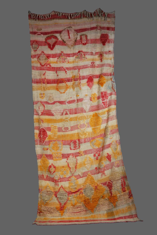 Ethnie : Azilal    Origine : Maroc, Haut Atlas    Année :1980    Dimensions : 2,80 x1,40    Technique : Tissage serré rebord de laine épaisse en relief    Description : Couverture très originale,    Référence : AZL 014    Prix : 900€