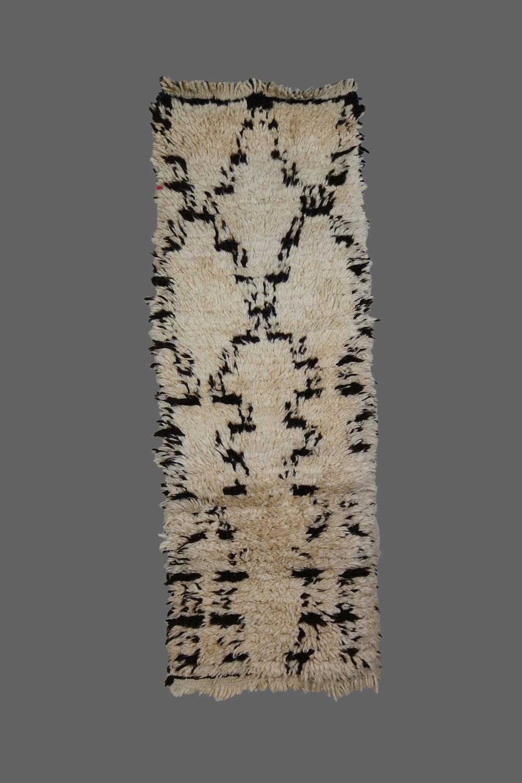 Ethnie : Azilal  Origine : Maroc, Haut Atlas  Année : 1980  Dimensions : 2,40 X 0,60  Technique : Laine épaisse, noeuds simples  Description : Joli petit couloir, belle qualité de laine, design original  Référence : AZL 017  Prix : 450€