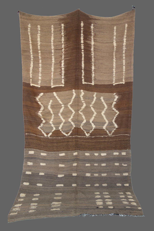 Ethnie : Azilal  Origine : Maroc, Haut Atlas  Année : 1980  Dimensions : 3,20 x 1,60  Technique : Tissage laine, 3 couleurs, rebrodé de laine épaisse  Description : Couverture exceptionnelle, unique, pièce de collection  Référence : AZL 019  Prix : 2600€