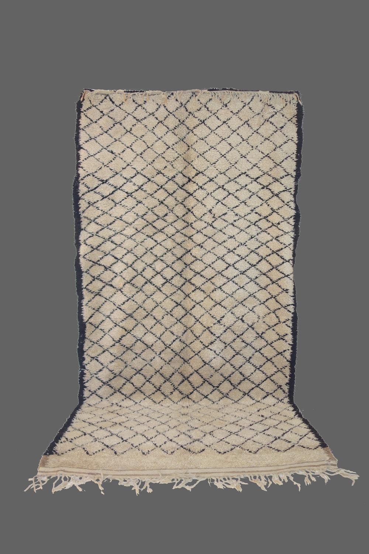 Ethnie : Beni Ouarein    Origine : Maroc    Année : 1990    Dimensions : 3,40 x 1,90    Technique :    Description : Dessin classique, petits losanges,laine épaisse blanche    Référence : BEN 007    Prix : 1800€