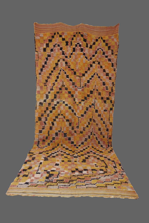 Ethnie : Talsint    Origine : Maroc    Année : 1970    Dimensions : 3,90 x 1,70    Technique : Noeuds simples, laine rasse    Description : rare talsint par ses couleurs et son graphisme.    Référence : TAL 003    Prix : 3000€