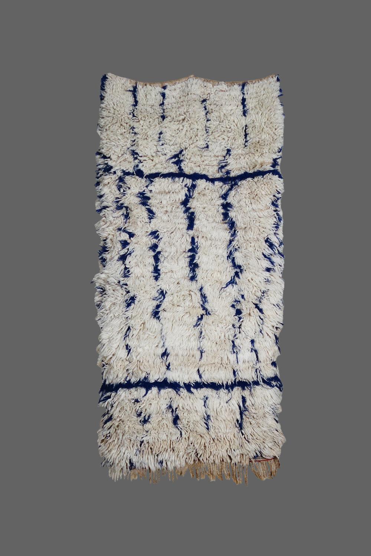 Ethnie : Talsint    Origine : Maroc    Année : 1980    Dimensions : 1,40 x 0,60    Technique : Laine épaisse, très belle qualité , noeuds simple    Description : Gaphisme simple, original par l'utilisation du bleu    Référence : TAL 004    Prix : VENDU