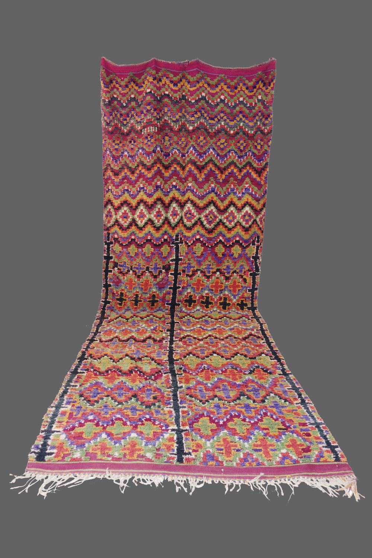 Ethnie : Ait Bou Ichaouen  Origine : Maroc  Année : 1970  Dimensions : 4,70 x 1,75  Technique : Noeux simples  Description : couleurs naturelles, belle harmonie, jeu de ligne, de losanges et de croix ( rare)  Référence : AIT 002  Prix : 2200€