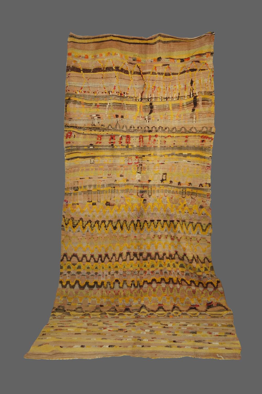 Ethnie : Ait bou Ichaouen    Origine : Maroc    Année : 1970    Dimensions : 3,60 x 1,60    Technique : Tissage laine fin, rebrodé dessus par laine épaisse, effet relief    Description : tapis vintage,couleurs naturelles, un vrai tableau abstrait    Référence : AIT 001    Prix : VENDU