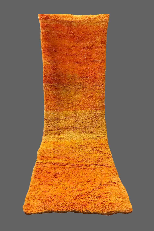 Ethnie : Beni m guild  Origine : Maroc, Moyen Atlas  Année : 1970  Dimensions :  Technique : Double noeuds, laine épaisse  Description : Superbe dégradé d'oranges allant vers le jaune, couloir à laine épaisse. Un veritable tableau de Rothko  Référence : BMG 002  Prix : 900€