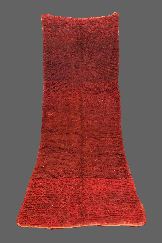 Ethnie : Beni m'guild    Origine : Maroc, Moyen Atlas    Année : 1980    Dimensions :    Technique : Double noeuds, laine épaisse    Description : Très beau dégradé de rouges bordeaux,    Référence : BMG 003    Prix : 900€