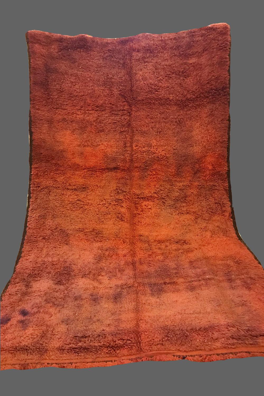 Ethnie : Beni m' guild  Origine : Maroc, Moyen Atlas  Année : 1980  Dimensions : 3,10 x 2,00  Technique : Double noeuds, laine épaisse  Description : superbe variation de couleur brune, grand format,très belle qualités de laine  Référence : BMG 006  Prix : 1600€