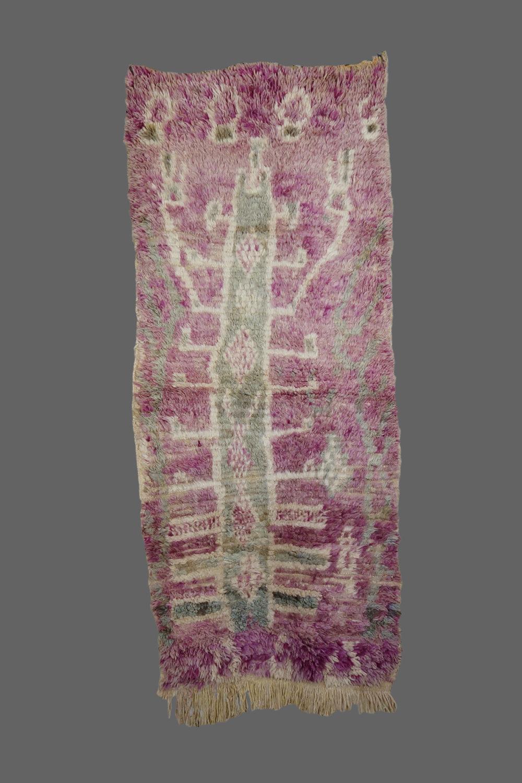 Ethnie : Boujad    Origine : Maroc    Année : 1980    Dimensions :    Technique : noués, moyennement épais    Description : Petit tapis, couleurs naturelles, design original    Référence : BOU 001    Prix : 450€