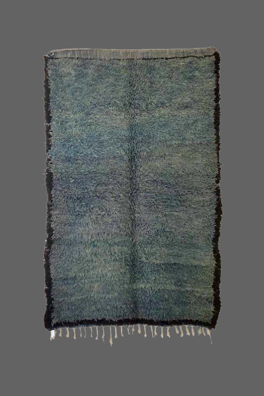 Ethnie : Beni m'guilt  Origine : Maroc  Année : 1980  Dimensions : 1,93 x 1,27  Technique : Noeuds noués  Description : superbe couleur de bleu , rare. laine épaisse  Référence : MG008  Prix : 850€