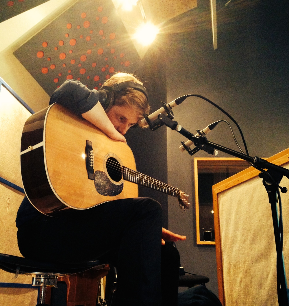 Uffe lytter med guitar.jpg
