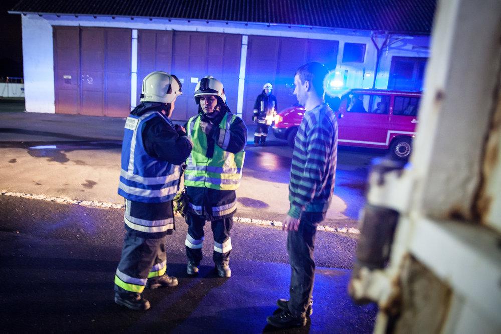 Gruppenführer und Einsatzleiter befragen eine verletzte Person um eine erste Lage zu haben...