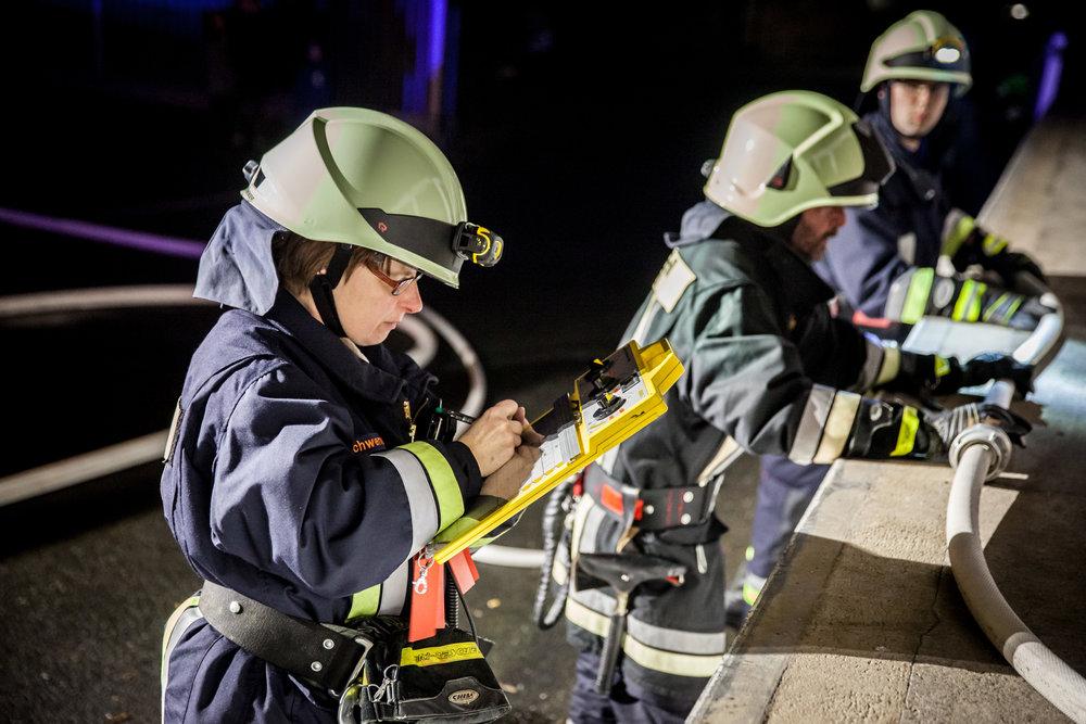 Alle eingesetzten Atemschutztrupps werden sorgsam und engmaschig von der Atemschutzüberwachung betreut....