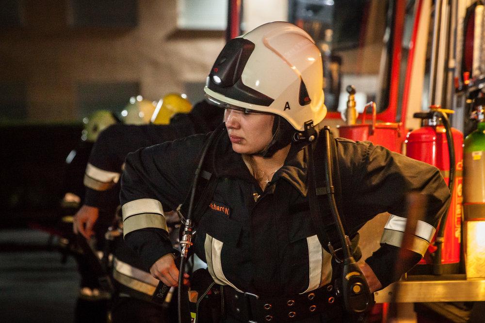 Der Rettungstrupp rüstet sich mit schweren Atemschutz aus. Der erste Angriffstrupp rüstete sich bereits auf der Anfahrt im Fahrzeug aus...