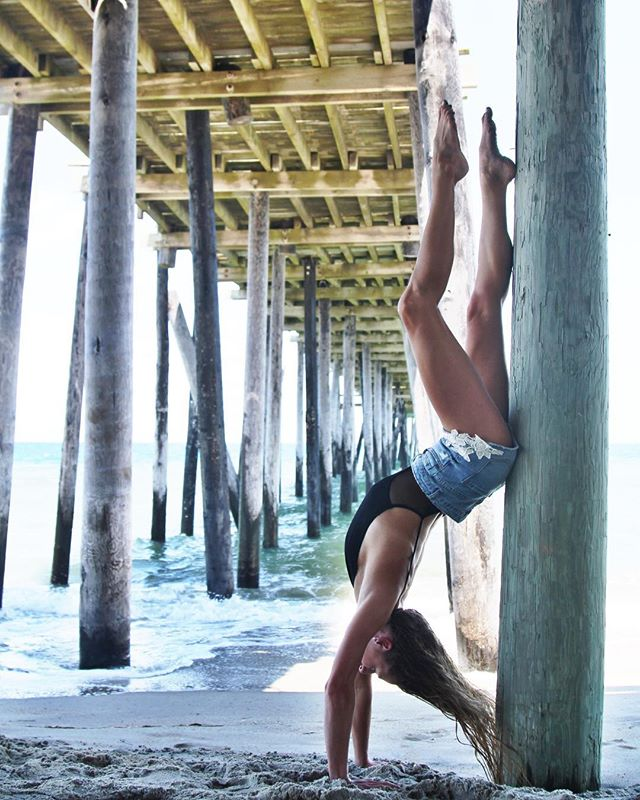 Inspired to try more of this after a taster with @jennystewartyoga ... #handstand #fitforfunction #bebeach #theactiveisland #strong #yoga 📷 @courtintheact