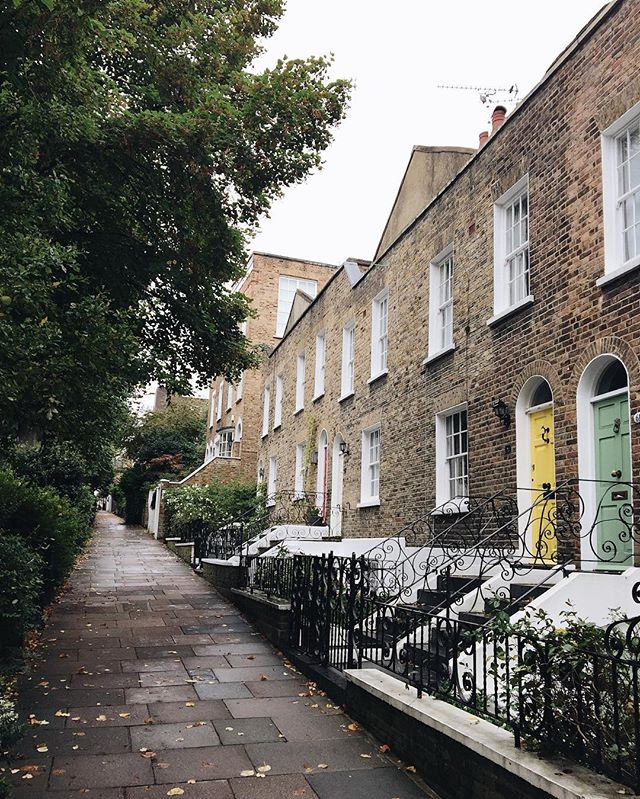 🇬🇧 Hampstead Sunday walk to the station to visit @miss_teacher_tess . This is one of my favourite streets 🍃☁️🍁 I hope you've all had a restful day 😊 #slowsunday