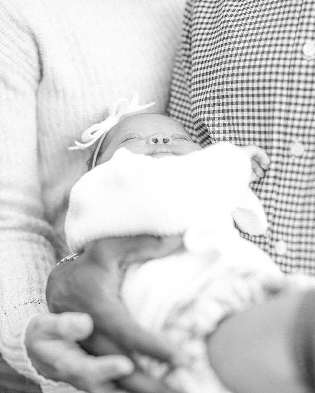 Love this shot of sweet Rae and her parents. . . . . . #desmoinesphotographer #familyphotographer #simplychildren #humansofjoy #seekthesimplicity #habitandhome #nothingisordinary #thisjoyfulmoment #thisishappy #thehappynow #pursuepretty #flashesofdelight #thepursuitofjoyproject #thisjoyfulmoment #littleandbrave #letthekids #wildandfree #candidchildhood #theartofslowliving #momlife #shootportraits #iowafamilyphotographer