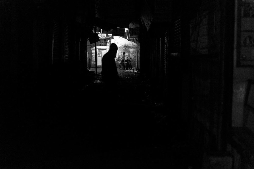 I stumble through my photo archive, Varanasi in January 2013 moments I have forgotten. On the way home in dark alleyways. I confess. Again lost the way, again no idea where I am. Takes again an hour until I find my hotel. That's the way it is.