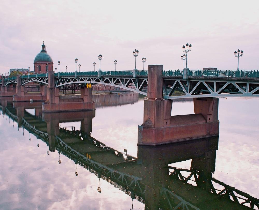 The bridge over the river La Garonne