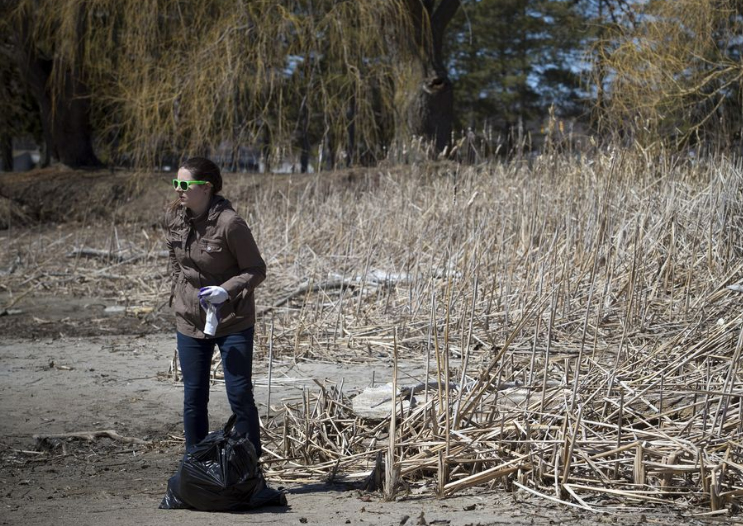 Ashley Fraser / Post Media - Warmer temperatures hit Ottawa Sunday April 22, 2018 and people were out and about enjoying the sunshine at Mooney's Bay Park. Heather Jeffery, the owner of Re4m was the organizer behind a clean up at Mooney's Bay for Earth Day. Jeffery is hopeful to make in an annual event. This year 30-40 people came out Sunday morning and helped clean up the park, collecting about 250 lbs of garbageSEE WEBPAGE HERE