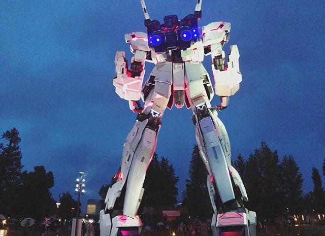 Okay. This thing is badass. It's 65' tall. It lights up. . . . #gundam #unicorngundam #anime #japan #odaiba #tokyo #gundambutt #asiatravelswithfuturewifey #itsrainingyen #youdimsumyoulosesome