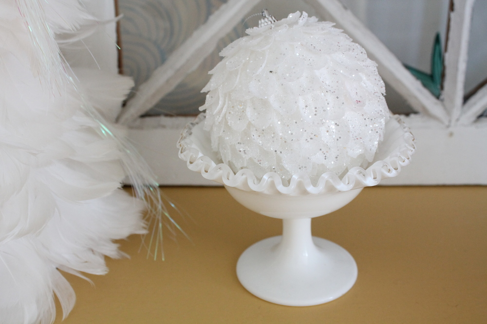 Ruffled bowl with Christmas Ornament