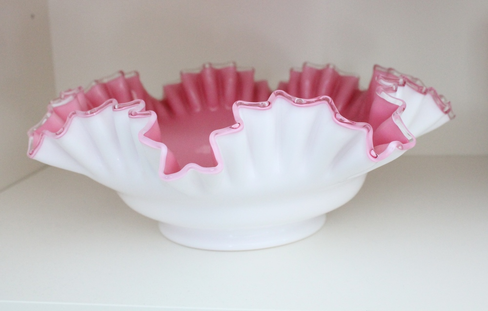 Beautiful vintage ruffled bowl.