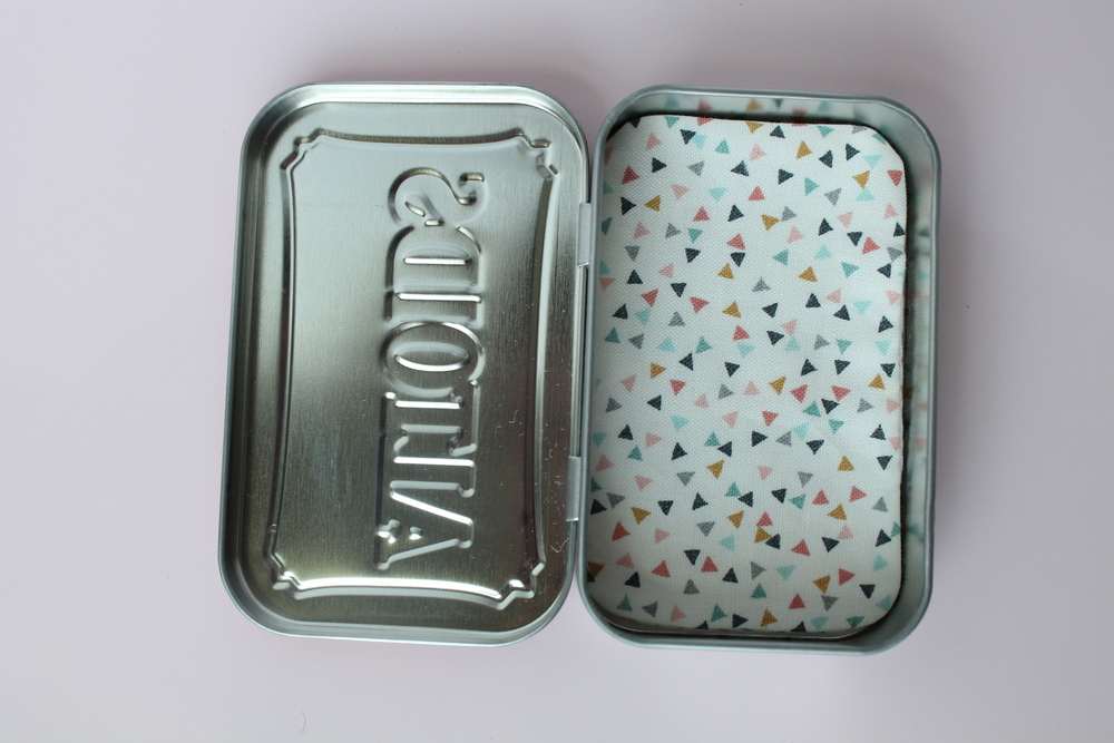 Tutorial for a little felt mouse in an Altoids tin.