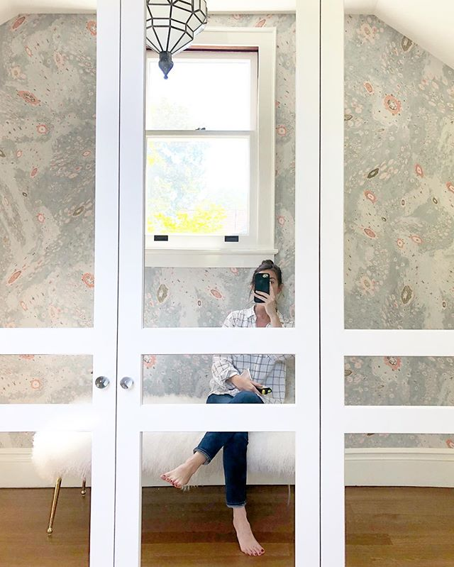 Another day, another plaid shirt, another pic of me trying not to take a pic of myself in a mirror... but doing it anyway because this room is awesome 💫✨⚡️ The power of wallpaper to transform a space is always a revelation, no matter how often we use it.  It's magic, and who doesn't want a piece of that in their life? (Or their closet 👗) #projecthistorichouse . . . . . #erinwilliamsondesign #erinwilltravel #californiastyle #californiadesign #bohodecor #wallpapers #closetgoals #closetdesign #design #designer  #interiordesigner #austininteriordesigner #currentdesignsituation #ilovemyjob #homerenovation #houseenvy #interiorlovers #interiorsforinspo #eclecticdecor #closetenvy #jungalowstyle #pastels #interiors123 #pinkandblue