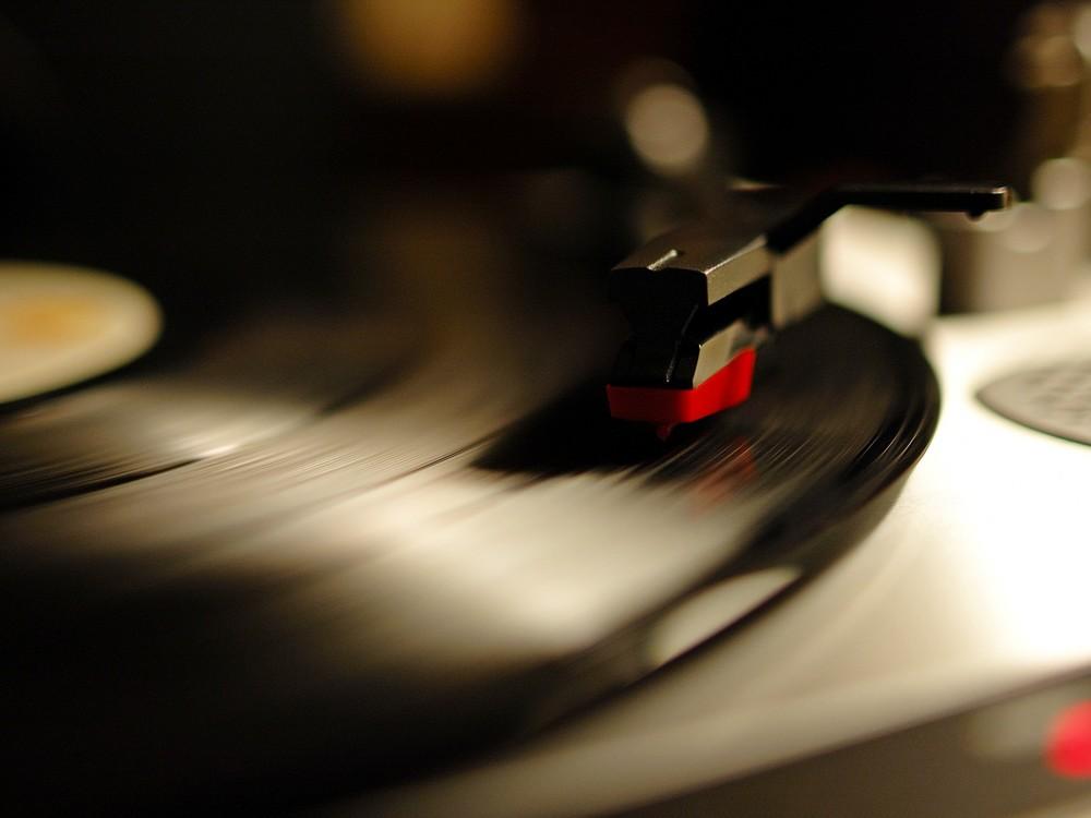 Gramophone-record-gramophone-record-record-phonograph-record-vinyl-record-1600x1200