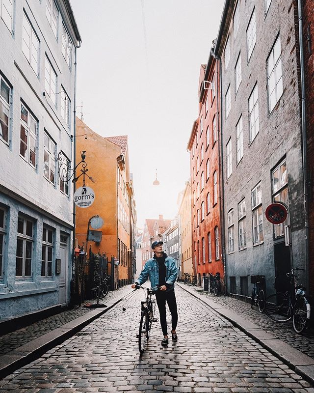 First light in Copenhagen 🇩🇰 Arrived in India this morning, and after a bit of a hectic start, including a sketchy atm, wrong hotels and a nice lady giving me 50 rupees for a tuk tuk, I finally made it 🤷🏼♂️ Wanted to post just one more before I start sharing from this trip, as I want to go back to the series of three format for a bit, and now it'll all line up with my previous series from a while ago 📷 Also brought a couple of rolls of film with me on this trip which I'm super excited to shoot. A bit of a childhood photography dream for me to photograph India with analog film.