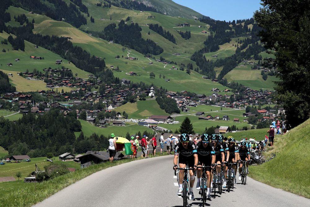 Cicliștii Team Sky pedalează prin Elveția în etapa a 17-a a Turului Franței / Foto: Facebook Team Sky