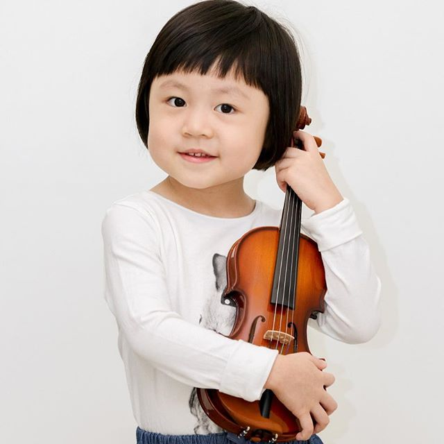This happy little violinist just graduated from our Pre-Twinkle program recently.  Come join us for new classes starting in October!  Thursday 5pm  Saturday 1145am Sunday 930am  Please call 67320138 or email enquiry@wolfgangviolin to register!  #wolfgangviolin #earlychildhoodmusic #wvspretwinkle #violin #violinist #babyviolin