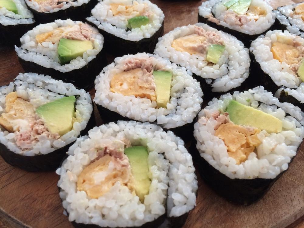 11.Dez.2015 : Sushi mit Avokado, Ei und Thunfisch