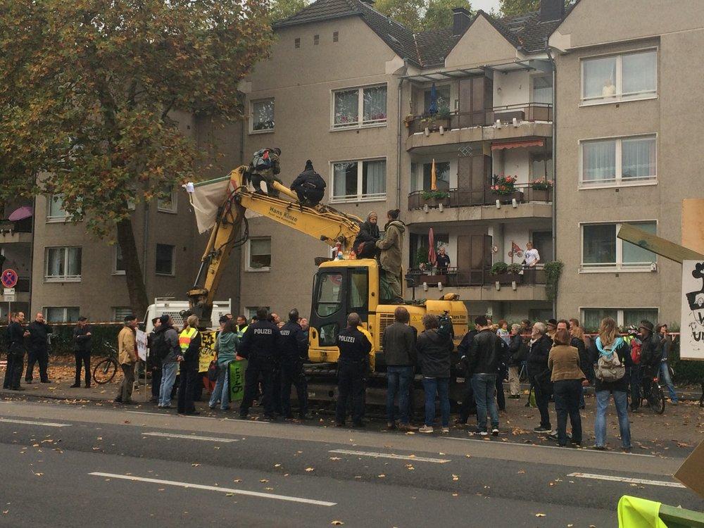 重機にのぼって抗議する人達
