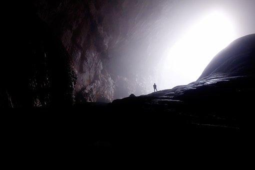 - それまで鎖でつながれていた男は、洞窟の世界の外に、今まで見たこともない世界が存在するのを、始めて目にするのです。