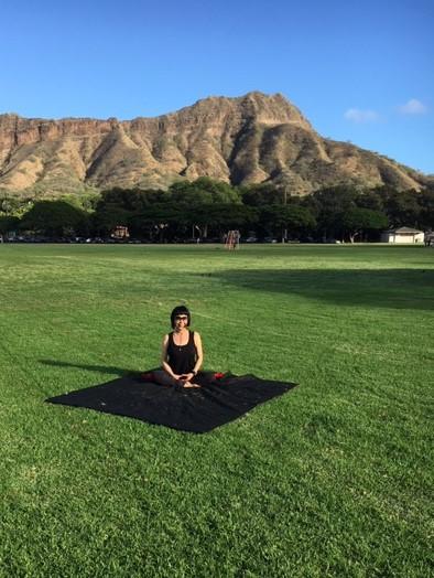 毎日カピオラニ公園で感謝の瞑想を続ける真弓さん