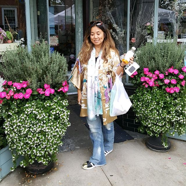 Had a fun day at the street fair today and love my new scarf and kimono ❤️ thanks @dezabeldezabel #stylistlife #kimonojacket #ontrend #sundayfunday #weekendvibes #fashionover40 #fashionaddict #influencer