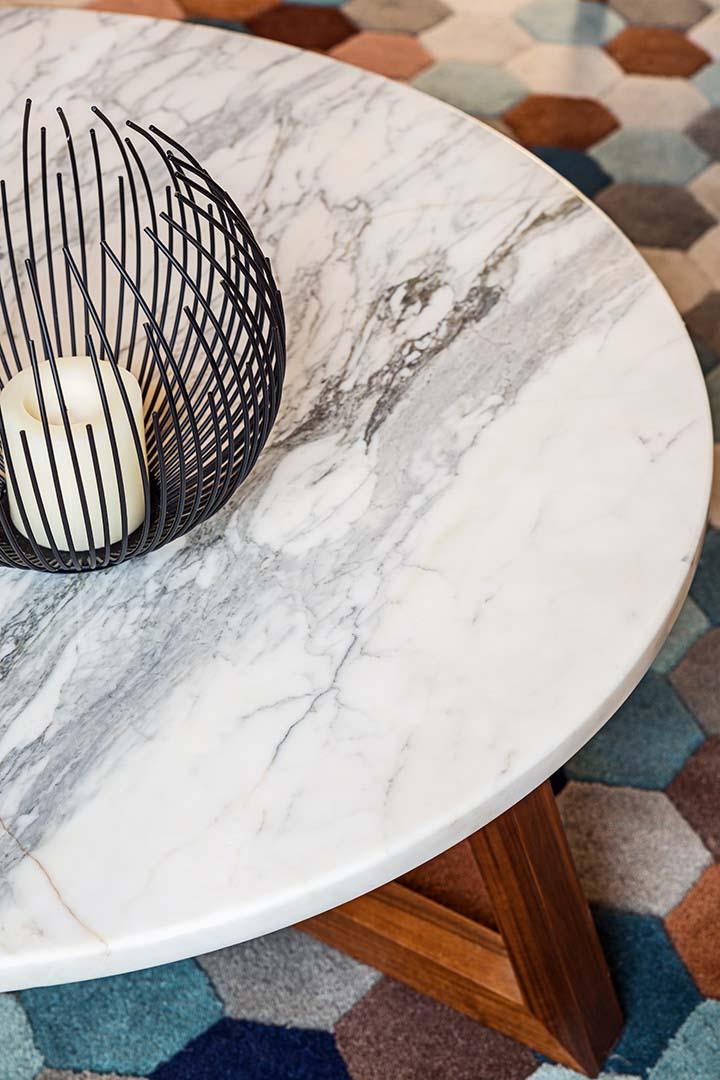 Table Mebeli, piétement bois, plateau en marbre