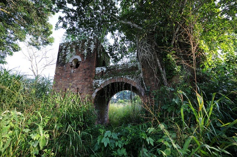 Deserted gatehouse in Dungu, DRC along borders with CAR and South Sudan Photo by Julien Harneis | Flickr | CC BY-SA 2.0