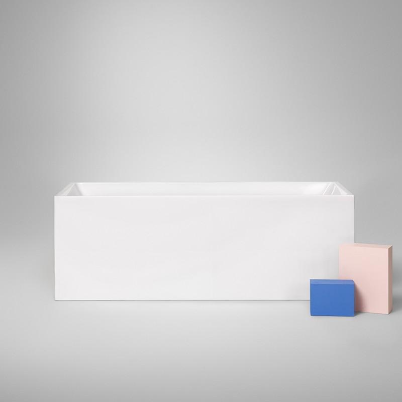 Et badekar i stilren design og med god plass. Sanitærakrylen har en myk overflate og gjør karet lett å holde rent. Finnes i str. l: 1500/1600/1700  b: 800  h: 600