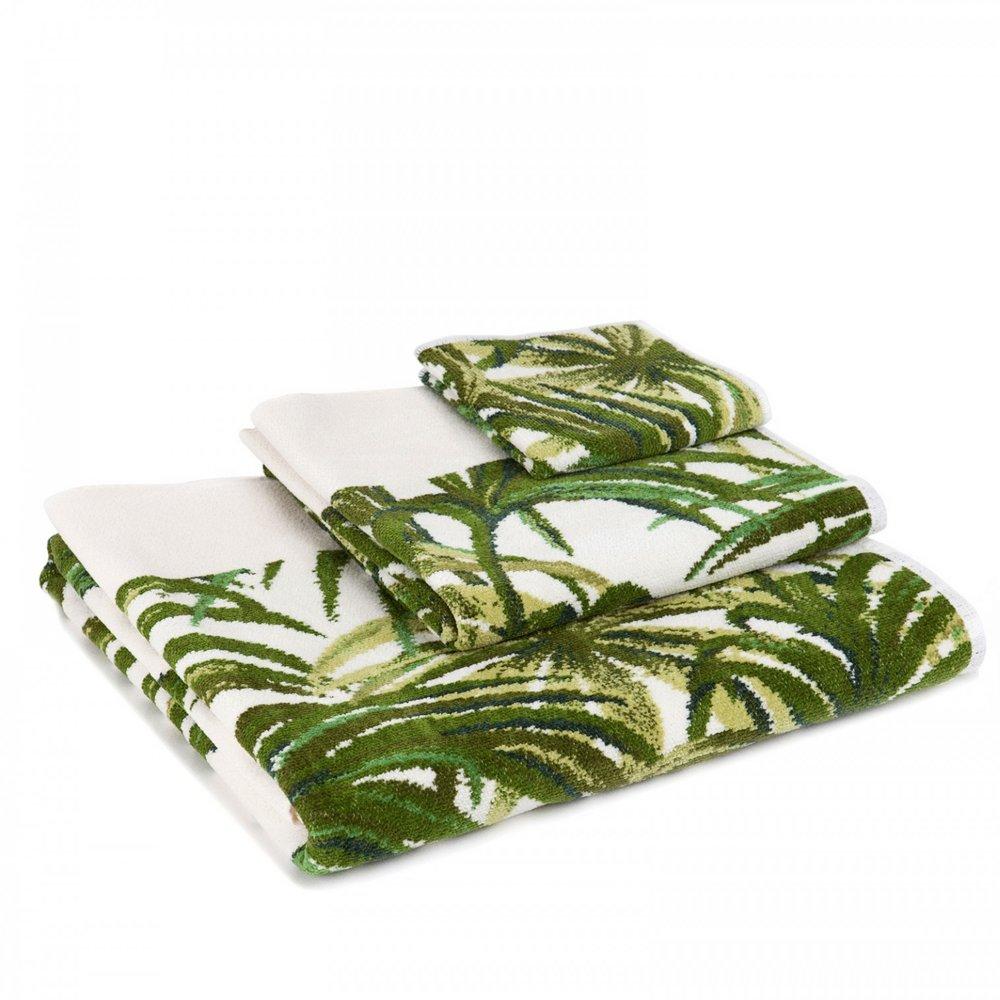 Myke bomull og chenillehåndklær med vakre trykk av palmeblader, gir en touch av luksus til baderommet.Mønsteret kommer også i blått.