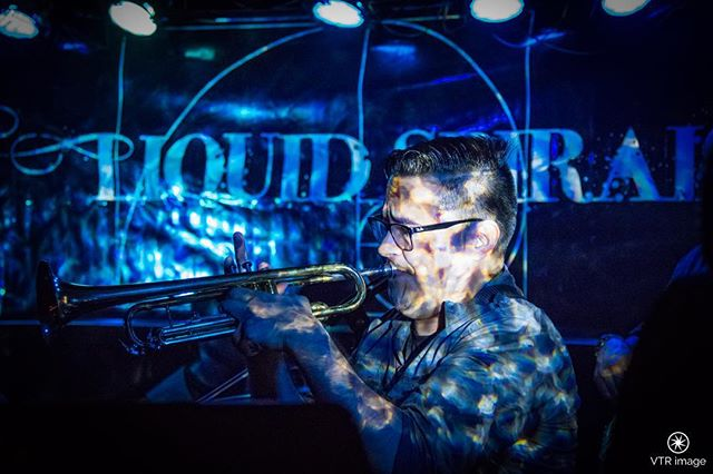 Julian is on 🎺🔥😅!! @elpinchiguey69 📸: @vtr_image #artist #instafollow #photooftheday #show #supportlivemusic #downtownorlando #orlandoeye #rocking #love #livemusic #concert #concerts #concertlife #reggae #bands #passion #fire #turnup #trumpet #OrlandoFL #loveyourself #currentmood #blue #concertlife #inspiration #dreambig #orlandocity #lighting #musiclife