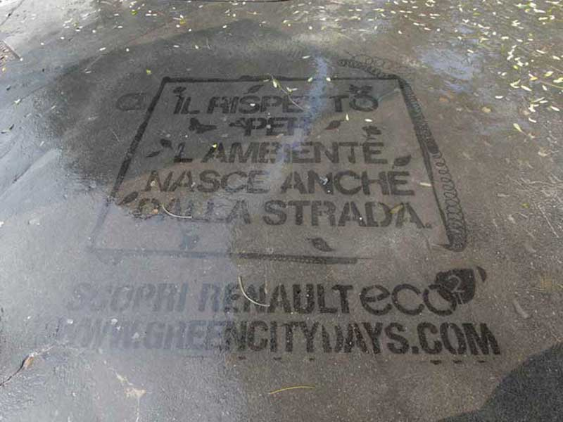 Renault-reverse-graffiti-cleaned-advertising-italy.JPG
