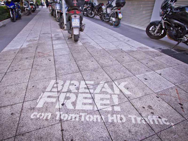 Tom-Tom-reverse-graffiti-cleaned-advertising.JPG