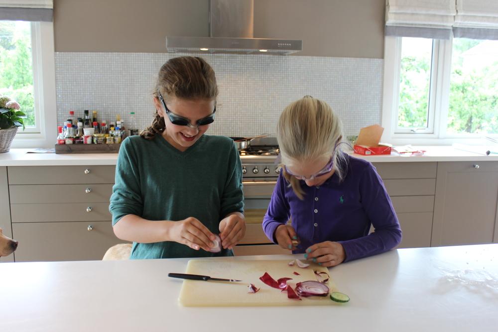 Ulrikke og Beth skjærer løk.JPG